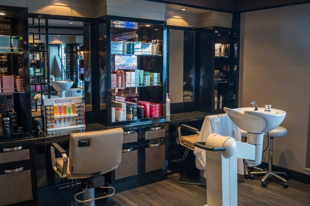 Wyposażony salon fryzjerski
