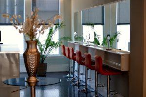 puste wnętrze salonu urody, sześć wysokich, czerwonych stołków
