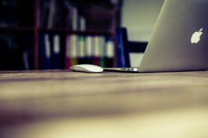 mac book i myszka na stole